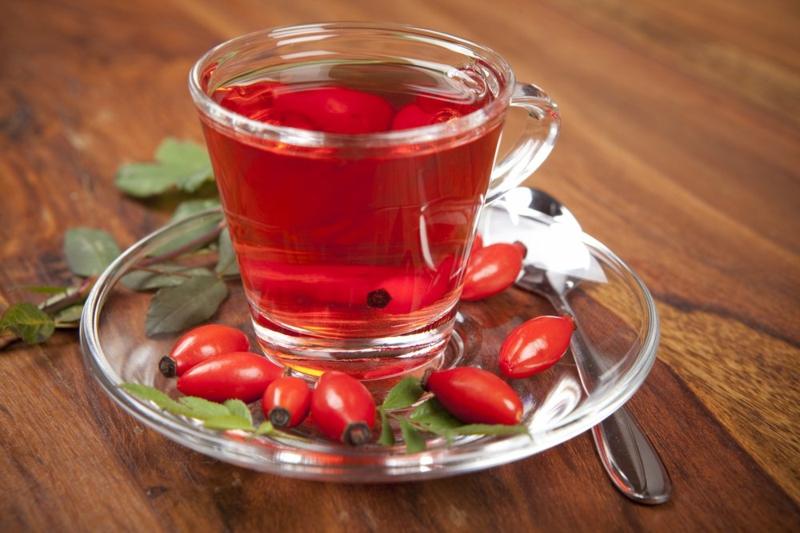 tasse mit rotem tee hagebuttentee selber machen ein löffel