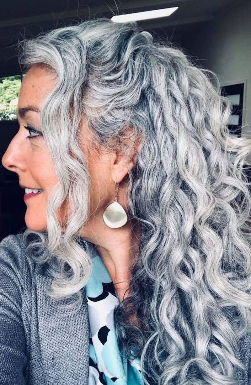 trotz grauer haare jung aussehen frau mit lockigem haar