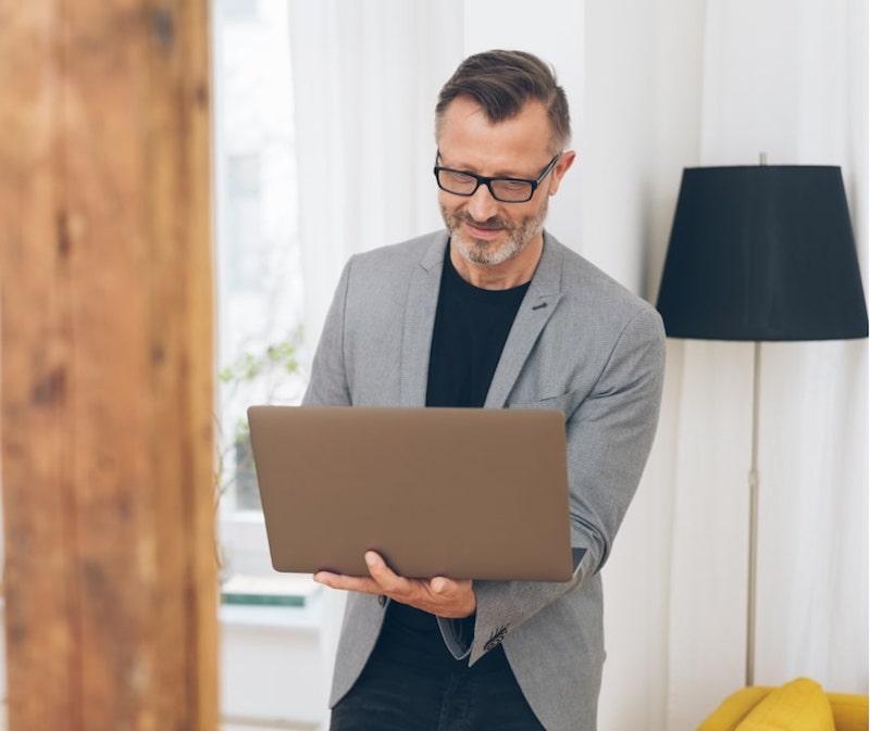 umfrage für das modegeschäft umfrage erstellen vorlage mann mit laptop präsentation