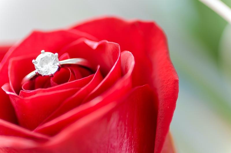 verlobungsring aus weißgold mit großem diamant rote rose