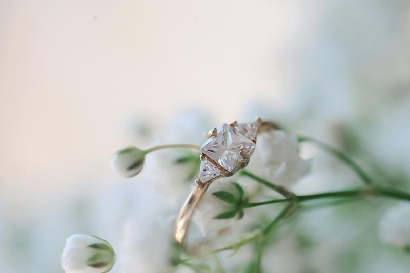 verlobungsring mit diamanten weiße blume goldener ring