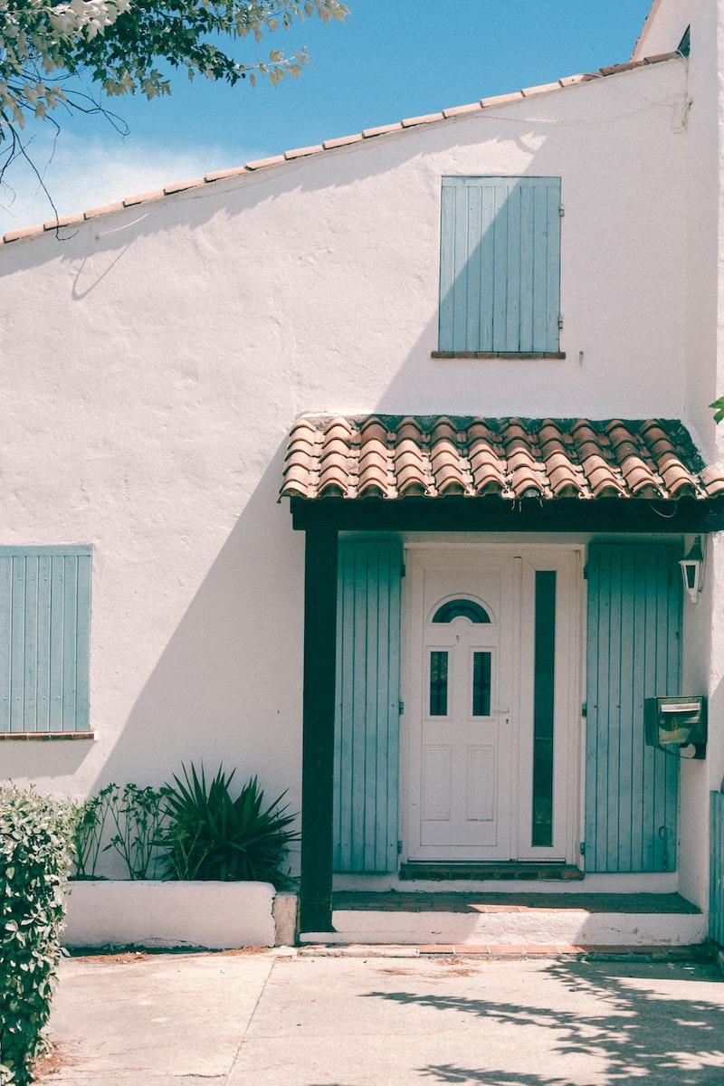 verputzte fassade reinigen haus in weiß und blau mit dach