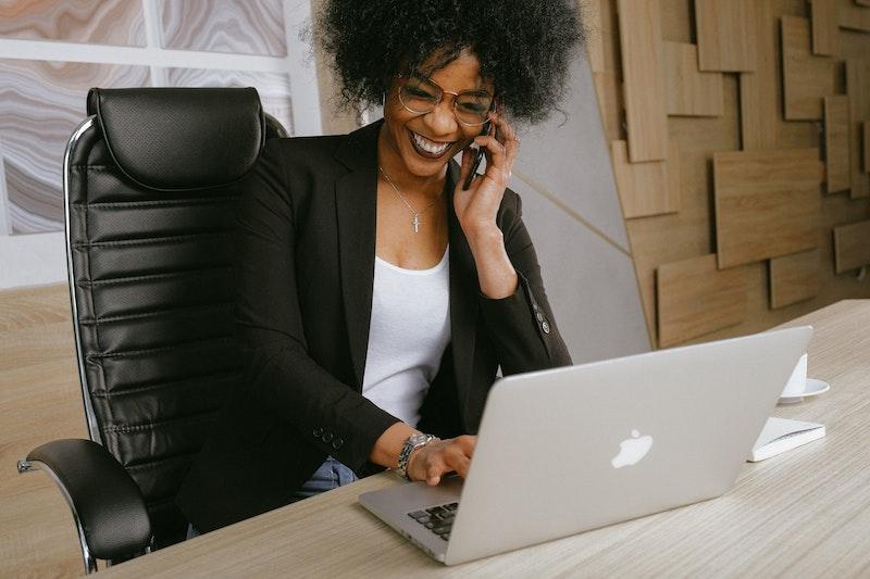 wann muss ein bürostuhl ausgetauscht werden bürostuhl kaufen bürostuhl leder frau am telefon