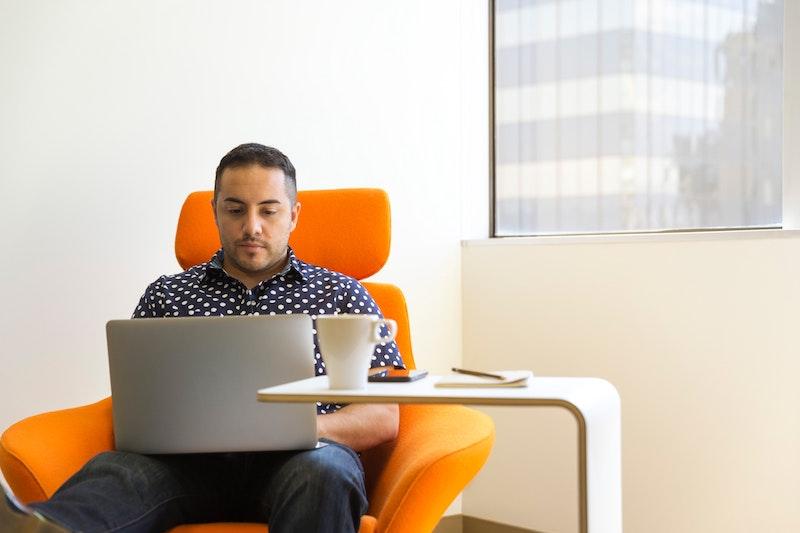 was kostet ein guter bürostuhl bürostuhl kaufen northdekoshop mann am laptop oranger bürostuhl