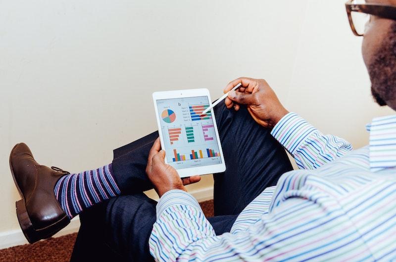 wie erstelle ich eine umfrage fragebogen erstellen umfrage umfrage für das modegeschäft mann mit tablet liest diagramm