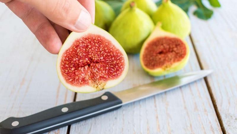 wie pflegt man einen feigenbaum feige schneiden frische feigen frucht in hälfte